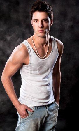 Photo pour Coup de mode d'un jeune homme européen trendy - image libre de droit