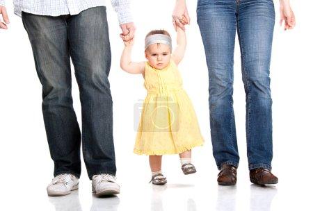 Photo pour Bonne famille. Les premiers pas du père, de la mère et du bébé - image libre de droit