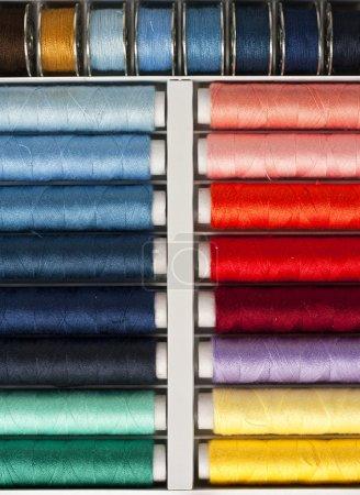 Photo pour Fils colorés pour couture à la main et pour machine à coudre - image libre de droit