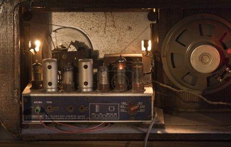 Photo pour Dos aéré d'une radio vintage des années 50 en marche. - image libre de droit