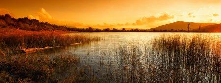 Photo pour Un paysage de soirée calme avec lac et montagnes - image libre de droit