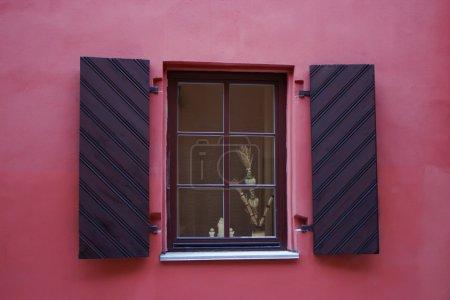 Photo pour Gros plan singl wood old window (cadre de fenêtre dans une maison rose ) - image libre de droit