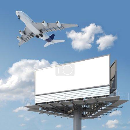 Photo pour Grand panneau d'affichage vide avec espace de copie pour votre image ou texte avec un avion volant sur le ciel, idéal pour les promotions de voyage ou de vacances - image libre de droit
