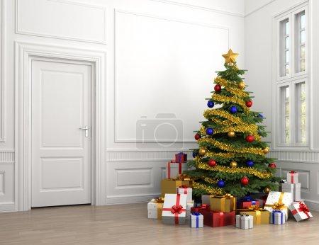 Photo pour Arbre de Noël décoré avec beaucoup de cadeaux dans une chambre classique blanche vide avec pique copie à gauche - image libre de droit