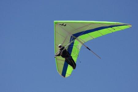 Photo pour Un deltaplane de homme sur une journée ensoleillée - image libre de droit