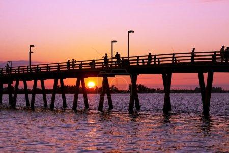 Photo pour Pêche au large de la jetée au coucher du soleil, sarasota, florida, usa. - image libre de droit