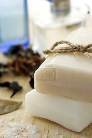 Photo pour Pains de savon avec le parfum et le sel de bain - image libre de droit