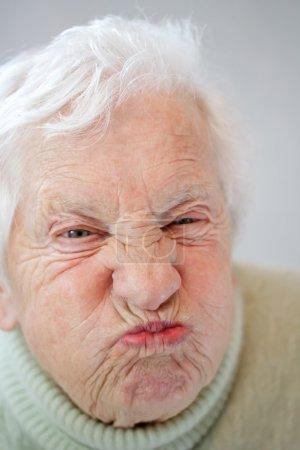 Photo pour Image rapprochée de la femme âgée grimaçant - image libre de droit