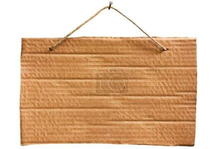 Photo pour Avis vide de feuille de carton suspendue avec ficelle et clou, panneau vierge isolé, chemin de coupe - image libre de droit