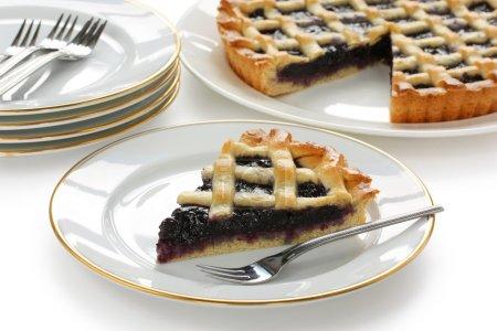 Photo pour Crostata, tarte italienne maison, sur fond blanc - image libre de droit