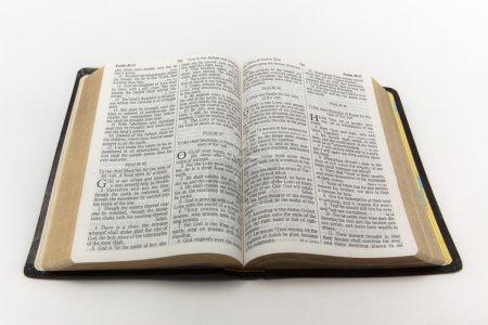 Photo pour Une photo d'une Bible ouverte isolée sur un fond blanc . - image libre de droit