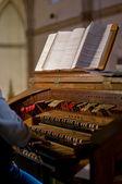 Klasické varhany klávesnice a klíče na měnící se nástroj