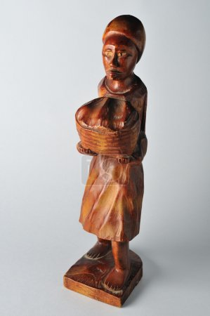 Ghana's wood carving .Collecting African cocoa.