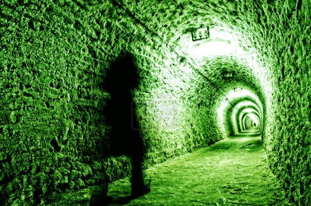 Photo pour Couloir dans la mine de sel avec un homme fantôme - image libre de droit