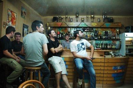 Photo pour Corte, Corse : sporting club bastia partisans regardent la télévision de l'équipe et montrer leur soutien lors d'un match en coupe de france - image libre de droit