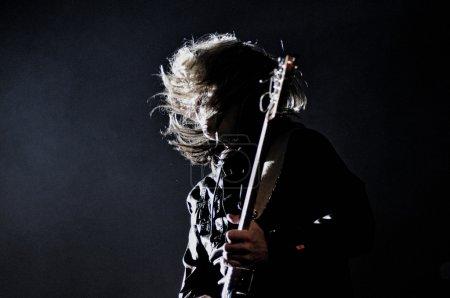 Photo pour Cluj napoca, Roumanie : guitariste sanglier teofil du groupe de rock de pacifica effectue direct au concert de cluj arène grande ouverture - image libre de droit