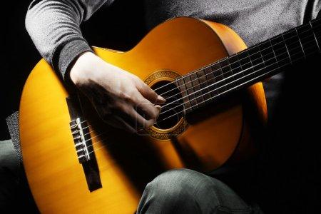 Photo pour Guitariste acoustique guitare jouant les détails. instrument de musique avec les mains de l'artiste interprète ou exécutant - image libre de droit