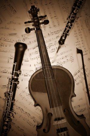 Photo pour Rétro Vintage instrument de musique. clarinette hautbois violon classique avec des notes de musique. - image libre de droit