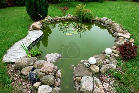 Photo pour Étang à poissons jardin beau design classique dans un fond de jardinage jardin soigné - image libre de droit