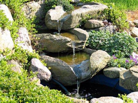 Photo pour Belle maison décorative jardin pierre cascade étang - image libre de droit