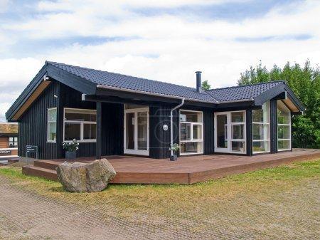 Photo pour Maison d'été de maison en bois privé de style moderne conçu - image libre de droit