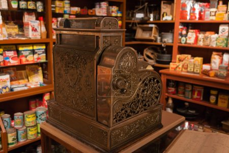 Photo pour Vintage orné métal enregistreuse dans un ancien magasin général - image libre de droit