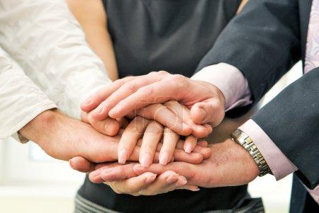 Photo pour Équipe des activités avec leurs mains ensemble - image libre de droit