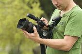 Hombre con cámara de video en las manos