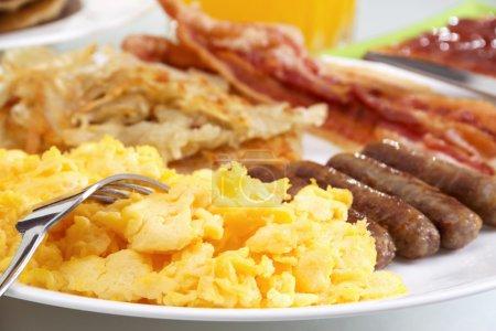 Photo pour Image de stock de copieux petit déjeuner, se concentrer sur l'avant-plan . - image libre de droit