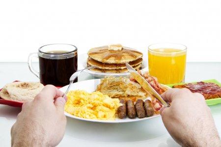 Photo pour Image stock Point de vue de l'homme sur le point de manger un copieux petit déjeuner - image libre de droit