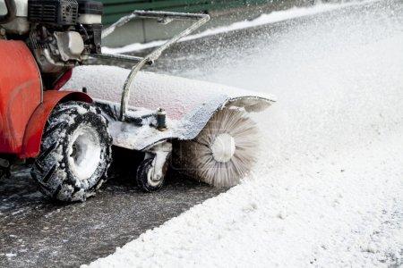 Photo pour Machine à souffler la neige dans la rue - image libre de droit