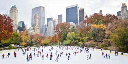 Photo pour Patineurs sur glace s'amuser dans le parc central de new york à l'automne - image libre de droit