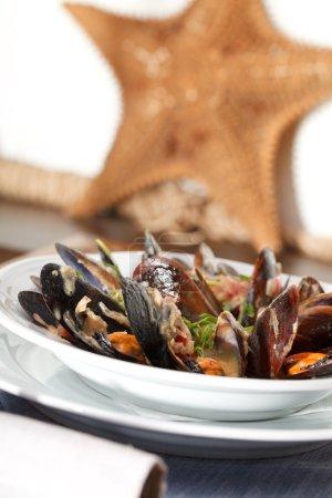 Photo pour Moules fraîches dans une sauce au vin blanc, ail, oignon - image libre de droit
