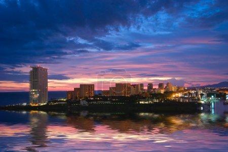 Photo pour Beau coucher de soleil à Puerto Vallarta, Mexique - image libre de droit