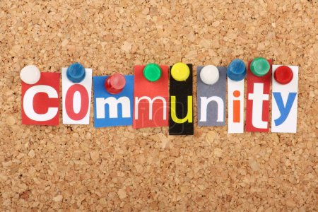 Photo pour Le mot Communauté en lettres de magazine découpées épinglées sur un panneau d'affichage en liège avec broches poussoirs - image libre de droit