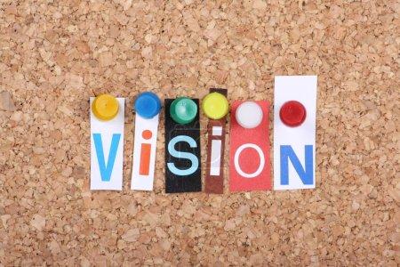 Photo pour Le mot Vision dans les lettres découpées de magazine épinglé à un panneau d'avis de liège comme un concept pour le succès dans les affaires - image libre de droit