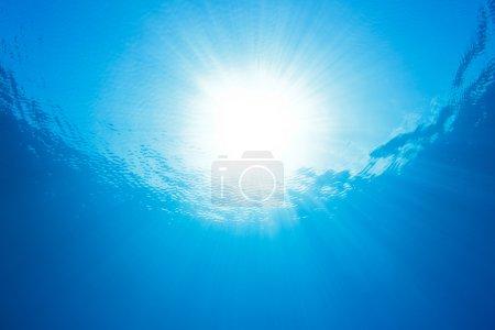 Photo pour Sous les rayons de lumière de l'eau - image libre de droit