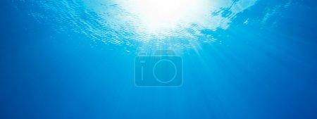 Photo pour Sous l'eau, panorama abstrait des rayons du soleil dans l'océan - image libre de droit