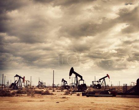 Photo pour Champ pétrolifère dans le désert, Production pétrolière - image libre de droit