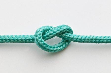 Photo pour Un simple nœud sur une corde verte - image libre de droit