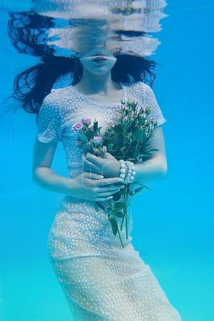 Photo pour Fille sous l'eau portant en robe avec des roses - image libre de droit
