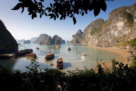 Photo pour Bateau et îles dans la baie d'Halong, Nord du Vietnam - image libre de droit