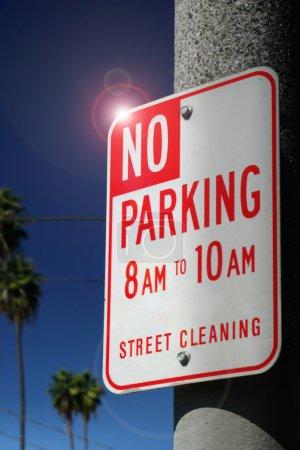 Photo pour Pas de panneau de stationnement sur le poteau contre le ciel bleu foncé - image libre de droit