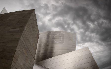 Photo pour Aperçu d'un bâtiment moderne avec ciel nuageux en arrière-plan - image libre de droit