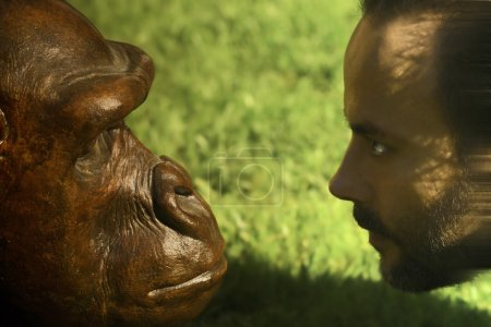 Photo pour Un homme et un singe face à face et regarde fixement les yeux - image libre de droit
