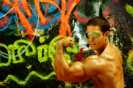Body Builder against graffiti