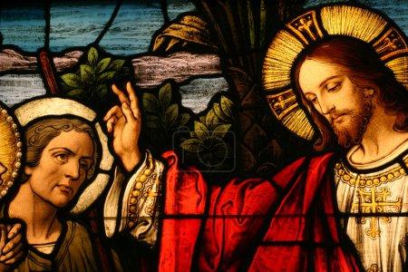 Foto de Vidrieras mostrando a Jesús bendiciendo a un hombre - Imagen libre de derechos