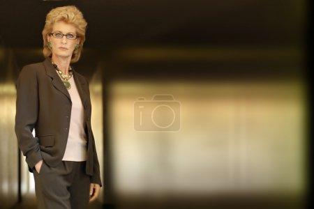 Photo pour Portrait horizontal d'une femme d'affaires difficile debout avec beaucoup d'espace de copie à droite - image libre de droit