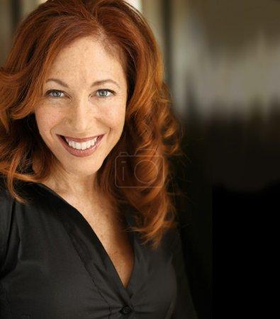Photo pour Portrait d'une femme souriante heureuse - image libre de droit