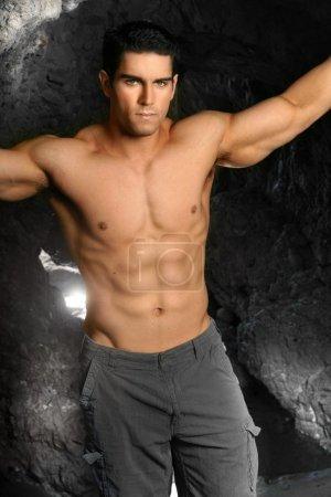 Foto de Retrato de modelo fitness masculino joven con gran abs - Imagen libre de derechos